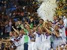 ZLATÁ EUFORIE. Němečtí fotbalisté se laskají s trofejí pro světové šampiony a...