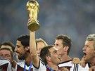 MISTŘI. Trofej pro světové šampiony drží v rukách německý kapitán Philipp Lahm.
