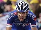 KONEČNĚ V CÍLI. Thibault Pinot míří ke konci desáté etapy Tour de France jako