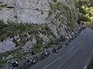 MEZI SKÁLAMI. Peleton v jedenácté etapě Tour de France.