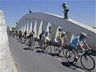 PŘES MOST. Momentka z dvanácté etapy Tour de France.