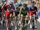 TĚSNÝ FINIŠ. Dvanáctou etapu Tour de France vyhrál (zleva) Alexander Kristoff