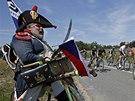 ČESKÁ VLAJKA NA TOUR. Fanoušek ve francouzské vojenské uniformě povzbuzuje