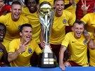 ROZZÁŘENÉ OBLIČEJE. Fotbalisté Sparty s trofejí pro vítěze Superpoháru.