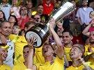 V RUKOU KREJČÍHO. Fotbalisté Sparty s trofejí pro vítěze Superpoháru.