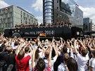 MISTŘI JSOU DOMA. Němečtí fotbalisté projíždějí Berlínem jako noví mistři světa.