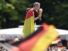 MŮJ MILÁŠEK. Německý záložník Bastian Schweinsteiger líbá před nadšenými...