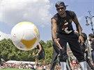 NA PAMÁTKU. Německý obránce Jerome Boateng hází fanouškům míč na památku.