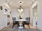 V jídelně se mísí nábytek historický i moderní. V kontrastu s jídelním stolem
