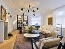 V obývacím pokoji dominuje lustr a nástěnná svítidla CTO Lighting.