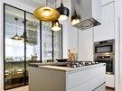 Kuchyň je vybavená nábytkem Varena a svítidly Tom Dixon. Pokrmy lze připravovat