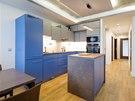 V kuchyni je ostrůvek a olemování na stropě ze sádrokartonu, nasvícené LED