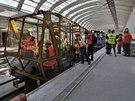 Pro prohlídku tunelů novináři a členy představenstva byl použit tento vozík (přezdívaný v DP autobus), tažený dvojicí MUV