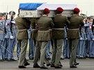 Členové Hradní stráže přenášejí rakev s ostatky zesnulého vojáka, další...