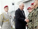 Generál Petr Pavel stojí za prezidentem Milošem Zemanem, který na vojenském letišti kondoluje vojákům.