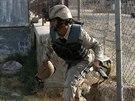 Afgh�nsk� policista sp�ch� na m�sto z�sahu proti ozbrojenc�m Talibanu, kte�� ve...
