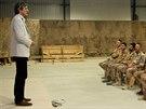 Ministr obrany Martin Stropnický s českými vojáky na základně Bagrám
