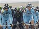 Pelotonu na Tour de France te� ��fuje Astana (v bled�modr�m).