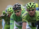 Peter Sagan (tmavá přílba) se svými kolegy z týmu Cannondale během sedmé etapy...