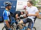 Leopold König (vpravo) se vyjíždí za cílem 14. etapy Tour a rozmlouvá s týmovým...