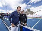 SPOLEČNĚ NA LEDOVCI. Roger Federer a Lindsey Vonnová pózují během exhibice na...
