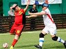 POZOR, JDU DO SOUBOJE! Při fotbale nevidomých musí hráč, který jde do souboje...