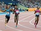 Michelle-Lee Ahyeová (vlevo) slaví triumf v závodě na 100 metrů na mítinku...