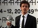 Argentinec Nahuel Pérez Biscayart pózuje s cenou pro herce festivalu (12....