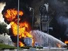 Hasiči bojují s požárem čerpací stanice v izraelském Ašdodu, který zasáhla...