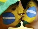 POLIBEK PŘED VÝKOPEM. Brazilští fanoušci si krátí čekání na výkop zápasu o