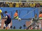 PENALTA VE 3. MINUTĚ. Nizozemský kapitán Robin van Persie překonává brazilského