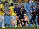 BRZKÉ VEDENÍ. Nizozemští fotbalisté se běží radovat z gólu Robina van Persieho
