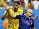 FAUL ZA PENALTU, NEBO PŘÍMÝ KOP? Brazilský kapitán Thiago Silva fauluje