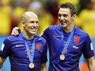 S BRONZEM NA KRKU. Nizozemští fotbalisté Arjen Robben (vlevo) a Stefan de Vrij.