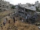 Palestinci se shromažďují kolem trosek domu, který byl zničen izraelským...