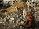 Palestinci stojí mezi troskami domu byl zničen izraelským náletem na město Gaza...