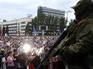 Proruský separatista hlídkuje u demostrace na Leninském náměstí v centru města...