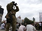 Proruský separatista hlídkuje na demonstraci na Leninově náměstí v centru...