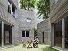Dům pro stromy. Z jednoho pokoje do druhého se chodí přes nezastřešené atrium.