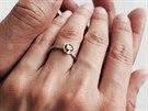 Emilie Livingstonov� uk�zala snubn� prsten od Jeffa Goldbluma (14. �ervence 2014).