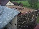 Vítr  strhl střechu a opřel ji o dráty elektrického vedení (15. 7. 2014).