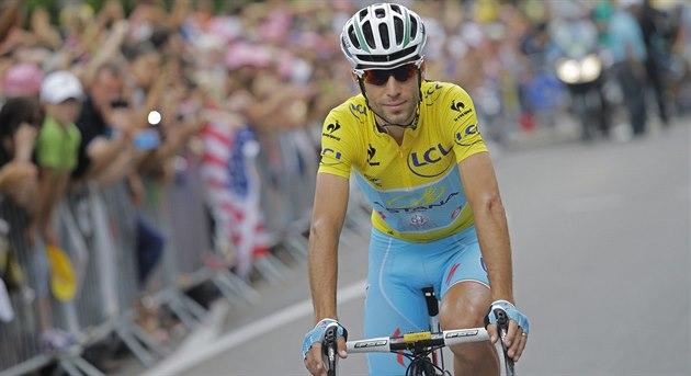 Nositel �lutého trikotu Vincenzo Nibali na startu 14. etapy Tour de France