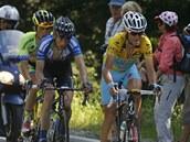S LÍDREM. Český cyklista Leopold König (v modrém dresu) se držel za zády Itala