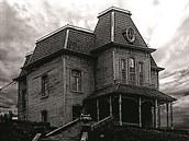BUDETE SE B�T. Psycho - klasick� thriller Psycho proslavil Alfred Hitchcock...