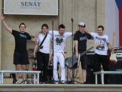 Kulturní léto v Senátu zahájila pop-rocková skupina Natřije z Chlumce nad...