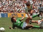 Argentiský záložník Diego Maradona  prochází německou obranou ve finále MS 1986...