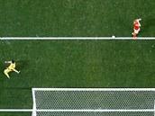 Argetinský brankář Sergio Romero (vlevo) se mimo bránu raduje, že chytil...