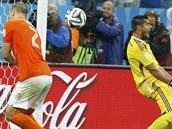 Nizozemský obránce Ron Vlaar (vlevo) uhýbá vyraženému míči, který po zákroku...