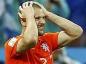 Nizozemský obránce Ron Vlaar se chytá za hlavu, právě nedal penaltu v...