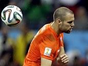 Nizozemský obránce Ron Vlaar uhýbá míči, který po jeho střele z penalty vyrazil...